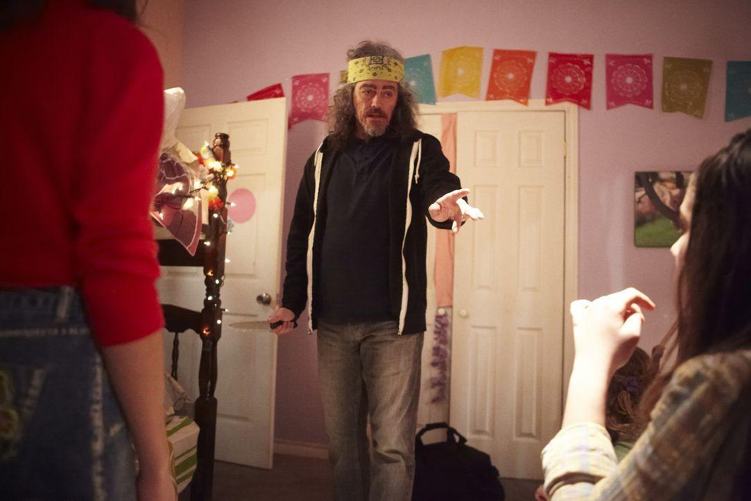 Was hat er mit den Mädchen vor? Täter Richard (M.) bedroht Polly (l.) und ihre Freundinnen mit einem Messer, bevor er Polly schließlich entführt. - Bildquelle: Ian Watson Cineflix 2014