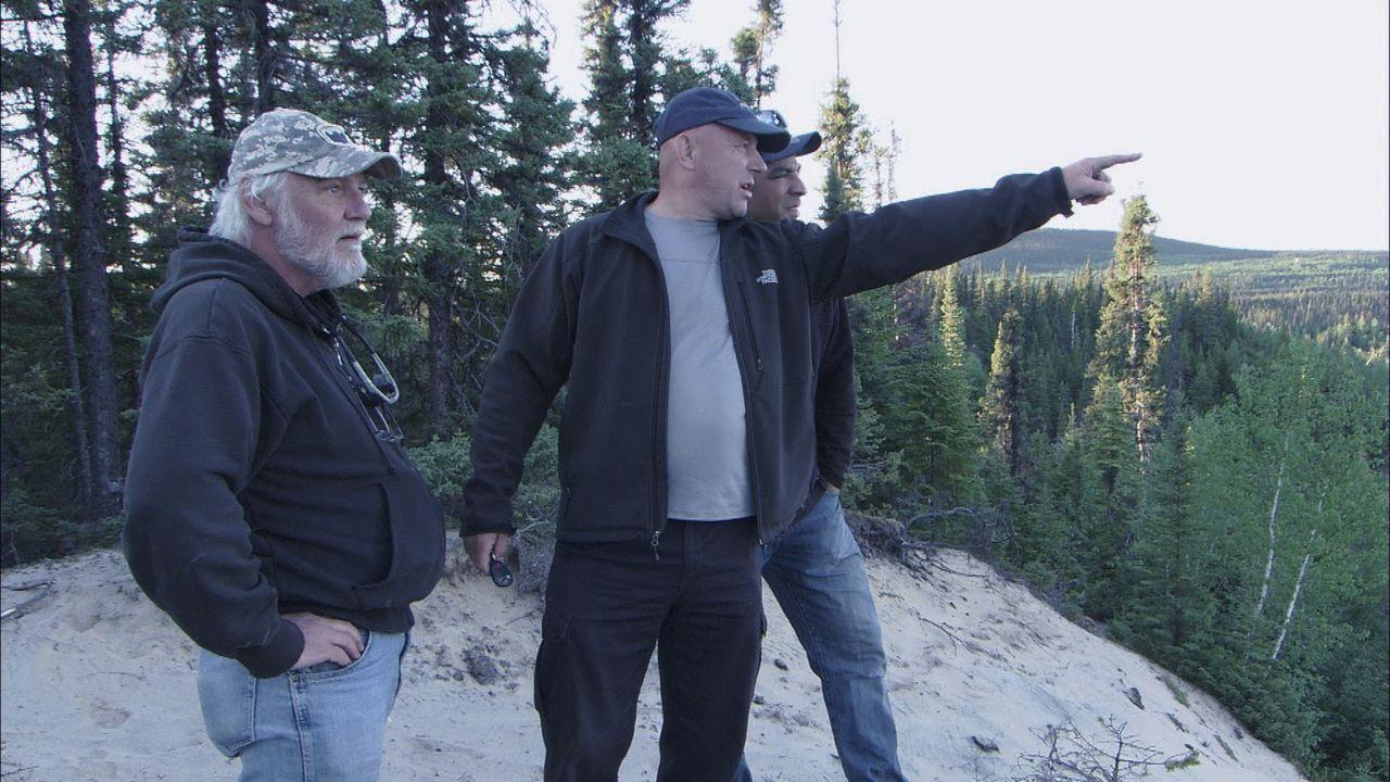 Ray Tremblay (M.) und Mike Anderson (r.) beschäftigen sich mit der Legende eines deutschen U-Boot-Wracks. Der Fund würde Mine EOD berühmt machen ...... - Bildquelle: 2012 PIXCOM PRODUCTIONS INC.