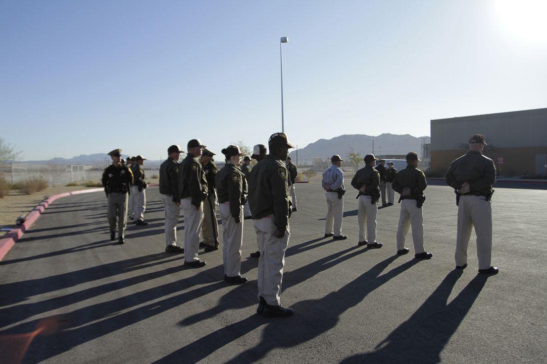 Während ihrer Inspektion müssen die Rekruten stramm in Formation stehen ... - Bildquelle: Gregory Henry National Geographic Channels