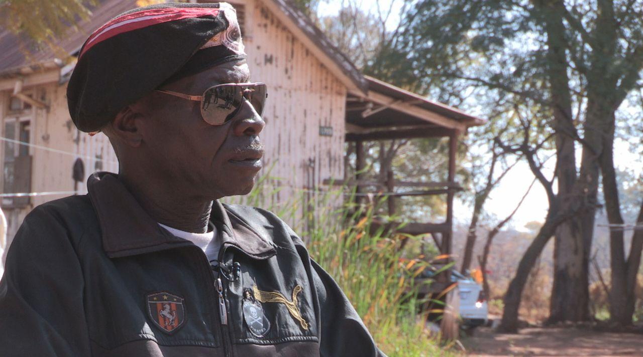 Ein ehemaliger FNLA Commander berichtet über seine Zeit als Kämpfer ... - Bildquelle: Ben Anderson Eyeline Entertainment