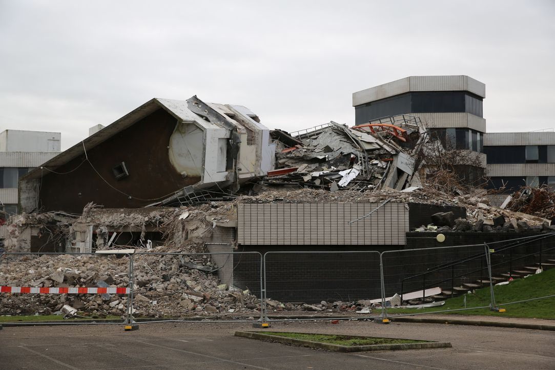 """Die Abriss- und Bergungsexperten zerlegen den alten  """"Ernie Tower"""" in Blackpool, England in seine Einzelteile ... - Bildquelle: Back2Back Productions Limited"""
