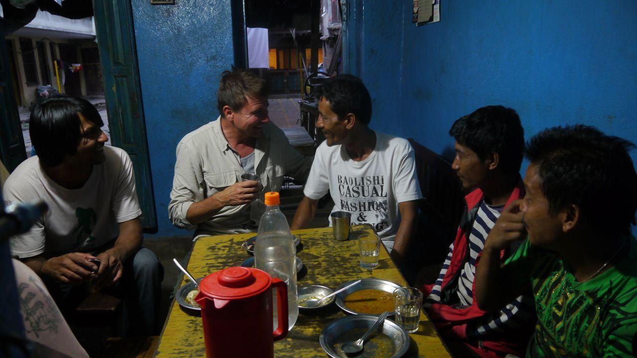 """Wie schmeckt der """"heilige Marihuana-Milchshake"""" im Himalaya? Bar-Profi Jack Maxwell (l.) reist nach Nepal, um in eine völlig neue Welt der Drinks de... - Bildquelle: 2014, The Travel Channel, L.L.C. All Rights Reserved."""