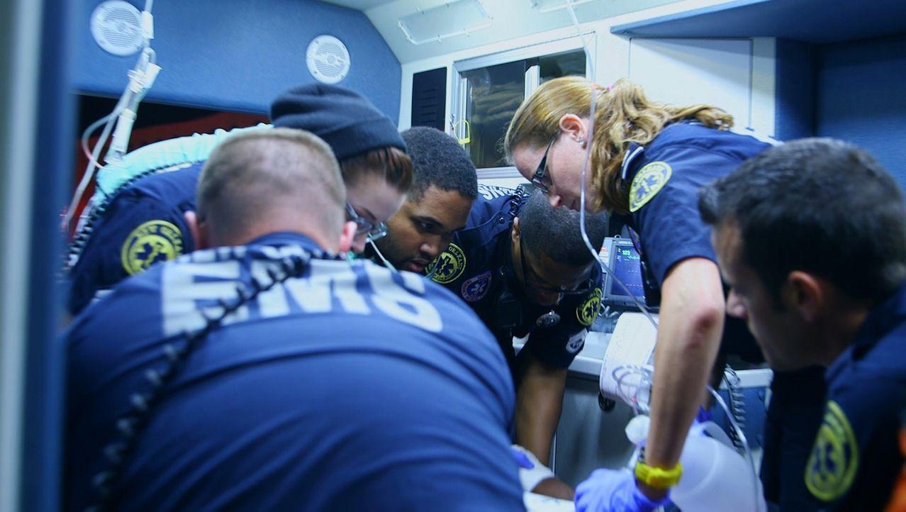 Kampf auf Leben und Tod: Die Sanitäter der EMS-Notrufzentrale in New Orleans tun Nacht für Nacht  alles, um Menschenleben zu retten ... - Bildquelle: 2014 Wolf Reality, LLC and 44 Blue Productions, Inc.  All Rights Reserved.