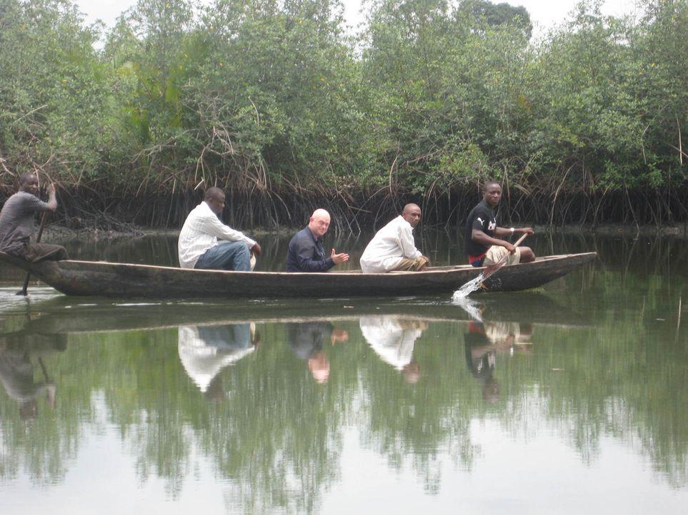 In Nigera spricht Ross Kemp mit Einwohnern, die durch die Beutezüge der Piraten in den Ölförderungsgebieten besonders betroffen sind. Auch die Natur... - Bildquelle: Tiger Aspect Productions 2009