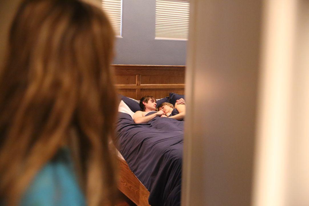 Erwischt: Cecelia Pierce (l.) beobachtet Pamela Smart (r.) und den 15-jährigen Billy Flynn (l.) zusammen im Bett. Pamela hat den Teenager verführt,... - Bildquelle: 2016 AMS PICTURES. All Rights Reserved