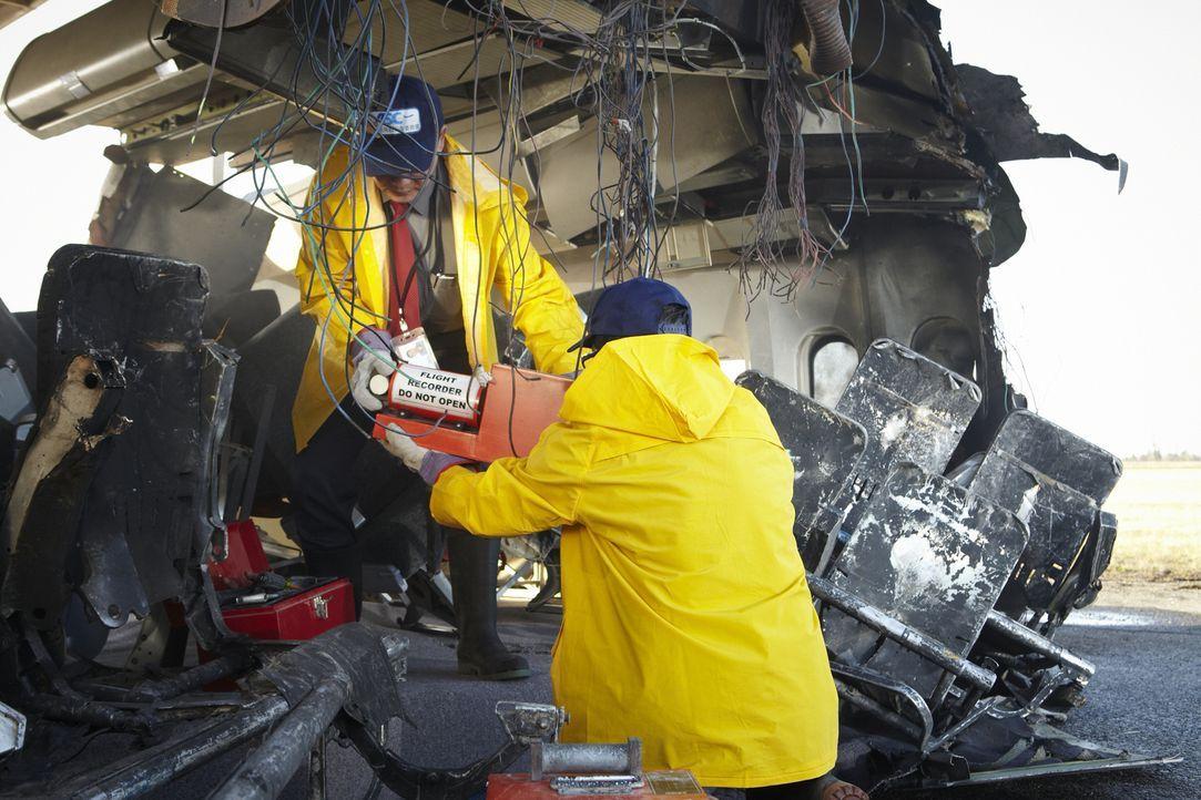 Was hat die Boeing 747 zum Absturz gebracht? Ermittler untersuchen den Flugdatenschreiber in den Trümmern von Singapur Airlines Flug 006 auf dem Int... - Bildquelle: Ian Watson Cineflix 2012