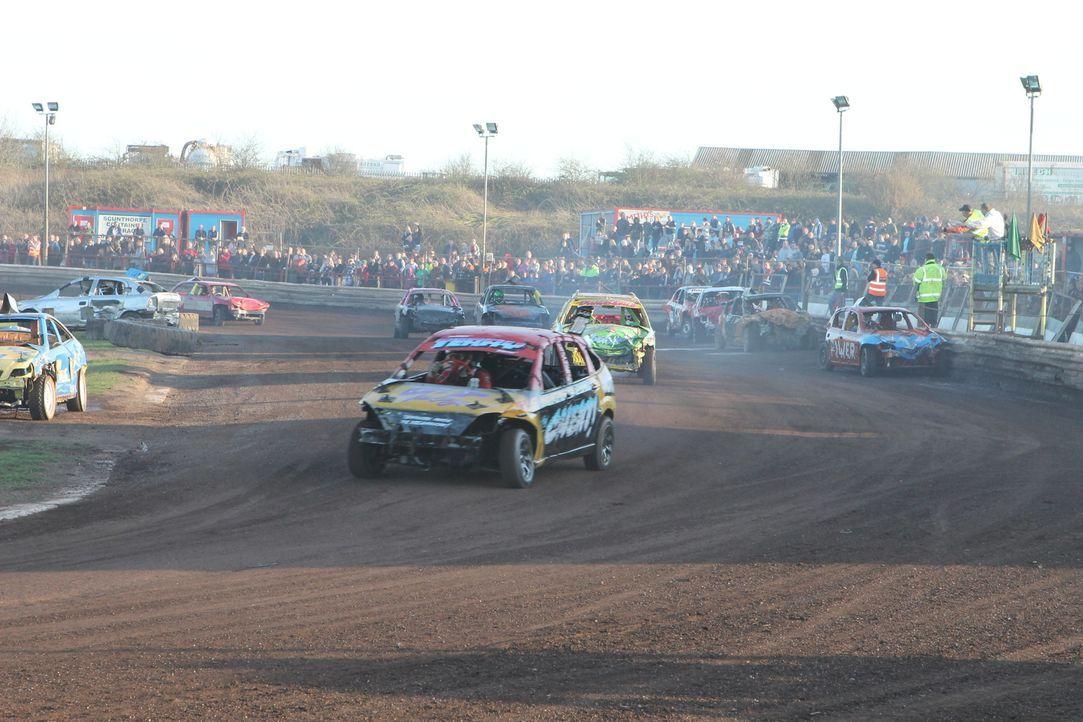 Eine echte Stock Car Crash Challenge: Nach seinem letzten Rennen muss Schrottwagen Smarty auf den Autofriedhof ... - Bildquelle: Back2Back Productions Limited