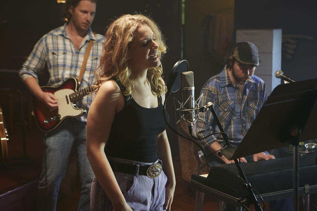 Warum musste die Country-Sängerin Melissa Haferman (Miranda Reynolds, vorne) wirklich sterben? - Bildquelle: Ian Watson Cineflix 2014