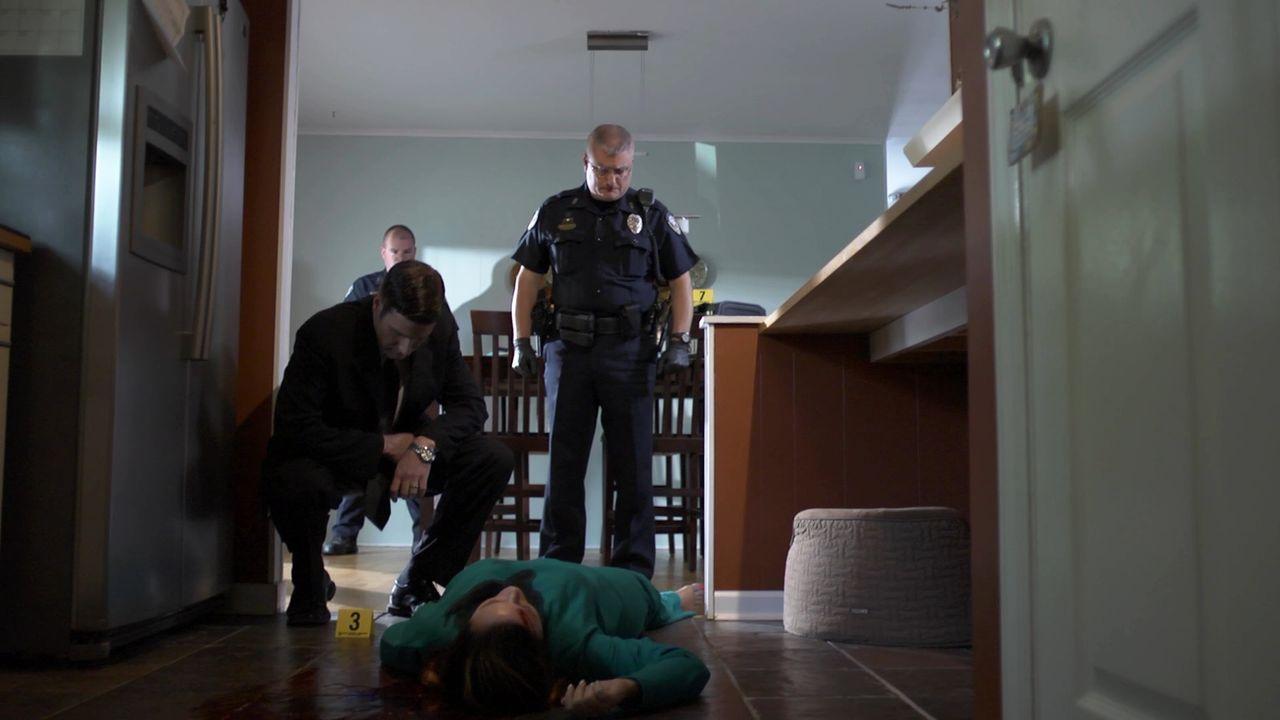 Zwei junge Mütter werden in einem Haus in der Vorstadt ermordet. Der Fall stellt die Polizei vor einige Rätsel, bis Lt. Joe Kenda (Carl Marino, l.)... - Bildquelle: Jupiter Entertainment