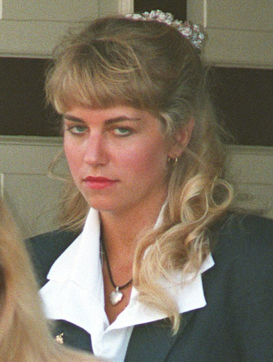 Karla Leanne Homolka  ist eine kanadische Serienmörderin, die gemeinsam mit ihrem Ehemann Paul Kenneth Bernardo mehrere junge Mädchen vergewaltigte...