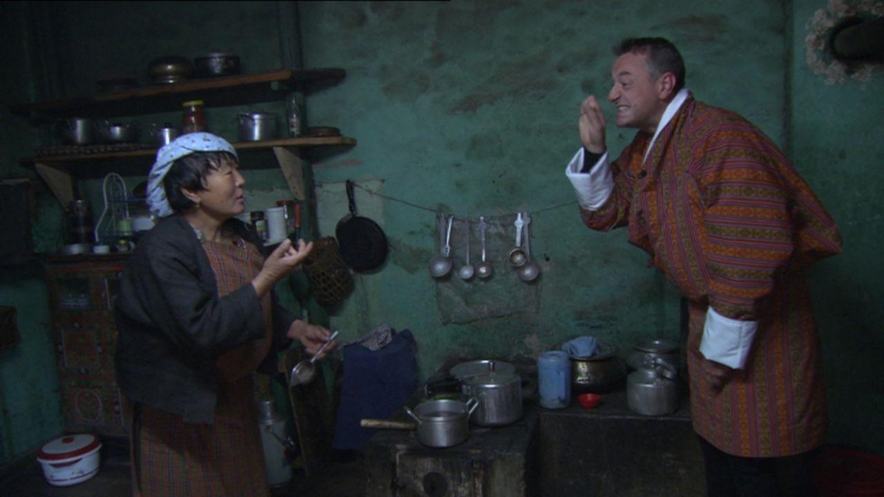 In Bhutan erwarten den Reisejournalisten Tom Waes (r.) nicht nur eine atemberaubende Landschaft, sondern auch viele interessante Menschen. So überna... - Bildquelle: 2013 deMENSEN