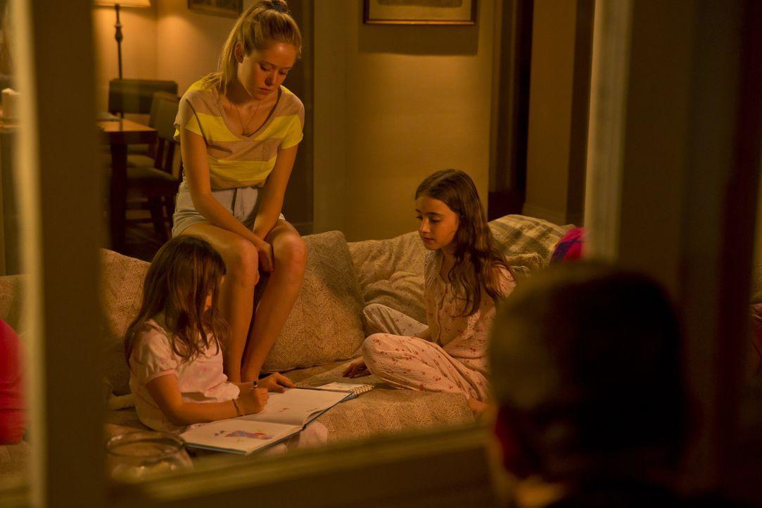 Die 14-jährige Karen Slattery (Lily Nesbit, M.) ist gerade beim Babysitten, als sie ein Unbekannter beobachtet und wenig später vergewaltigt und ers... - Bildquelle: Panagiotis Pantazidis Cineflix 2013