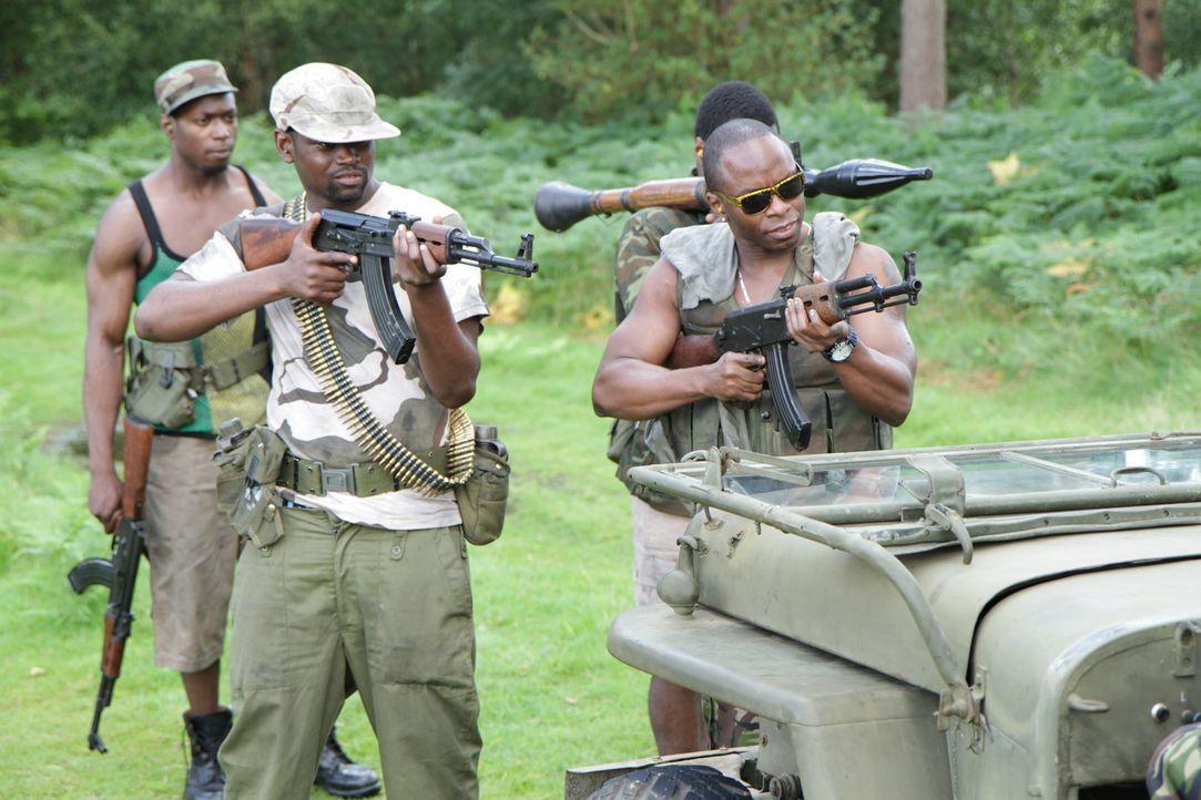 """Showdown im Dschungel: Die gefährlichen Rebellen der """"West Side Boys"""" (Foto) stoppen tief im Dschungel von Sierra Leone eine Einheit der British Arm... - Bildquelle: MMXII World Media Rights Limited"""