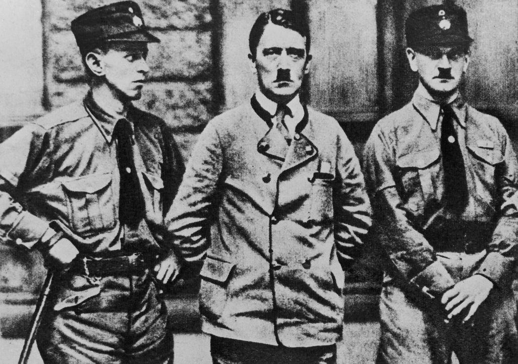 """Eiskalt geht Adolf Hitler (M.) die systematische Ausrottung der """"jüdischen Rasse"""" an; 1935 entstehen die Nürnberger Gesetze - auch als Rassengesetze..."""