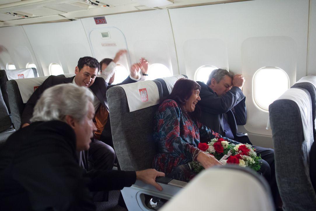 Auf dem Weg zu einem militärischen Flughafen in Russland stürzt ein Flugzeug im dicken Nebel ab. An Board befindet sich der polnische Präsident Lech... - Bildquelle: Ian Watson Cineflix 2012