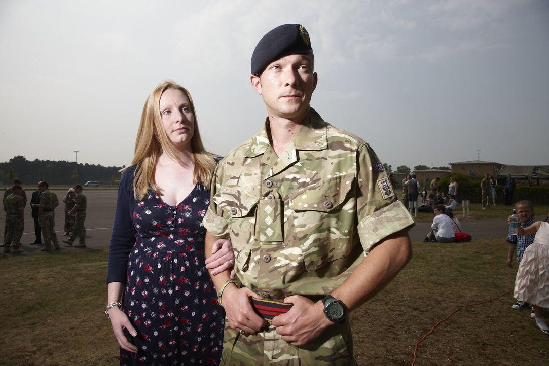 """Jeder Einsatz kann sie das Leben kosten! """"Bomb Squad"""" begleitet die Arbeit von Bombenentschärfungsteams in Afghanistan. Adam (r.) und seine besorgte... - Bildquelle: Richard Ansett BBC"""