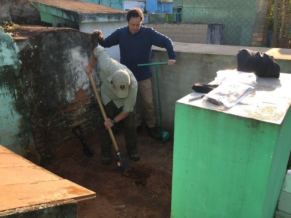 Wahrheit oder Legende? In Paraguay entdecken Mike Simpson (l.) und Gream Wood (r.) etwas, das für den Hitler Vertrauten Martin Bormann einst die let... - Bildquelle: 2016 A&E TELEVISION NETWORKS, LLC.
