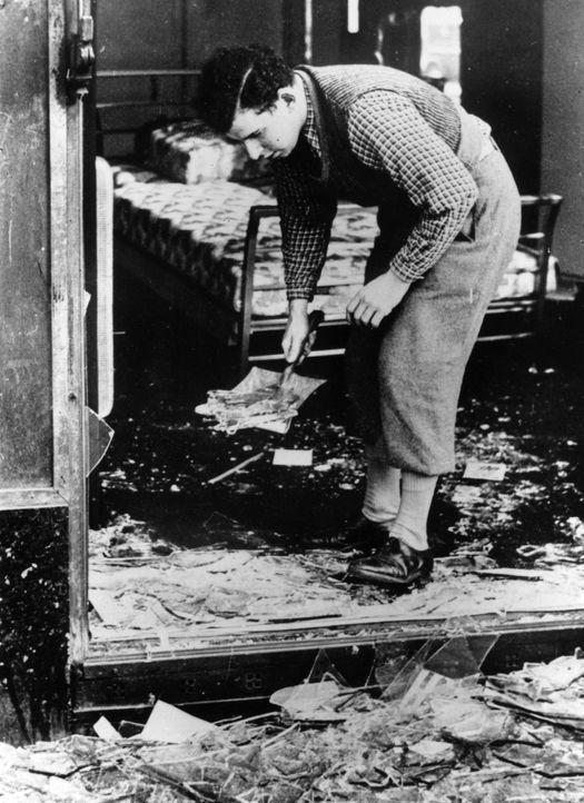 In der Reichskristallnacht am 9. November 1938 kam es in Deutschland zu massiven Ausschreitungen gegen Synagogen, jüdische Geschäfte und jüdische Bü... - Bildquelle: Hulton Archive/Getty Images