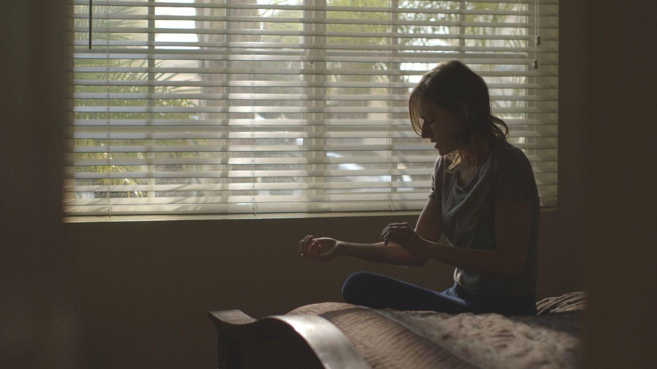 Quälen sie Schuldgefühle oder tiefe Trauer? Nach dem Mord an ihrer Mutter ritzt sich ihre ältere Tochter April... - Bildquelle: LMNO Cable Group