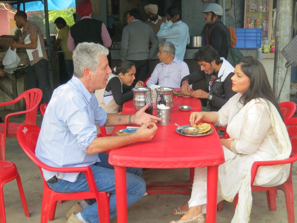 Navroop Khanna (r.) macht Antony Bourdain (l.) klar, dass er Punjab nicht verlassen kann, ohne Kulcha zu probieren ... - Bildquelle: 2014 Cable News Network, Inc. A TimeWarner Company All rights reserved