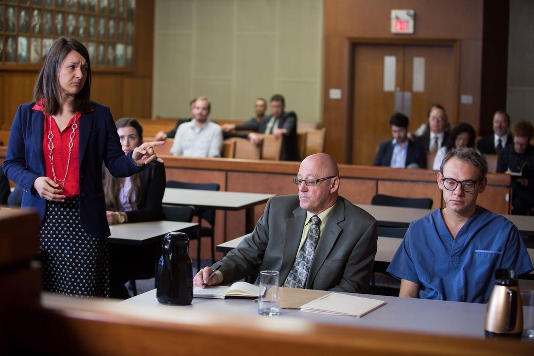 Der junge New Yorker Rechtsanwalt Josef Meyers (r.) wird der Geldwäsche bezichtigt. Zuvor hatte er einem dubiosen Kronprinzen aus Österreich sein Ve... - Bildquelle: Darren Goldstein Cineflix 2014
