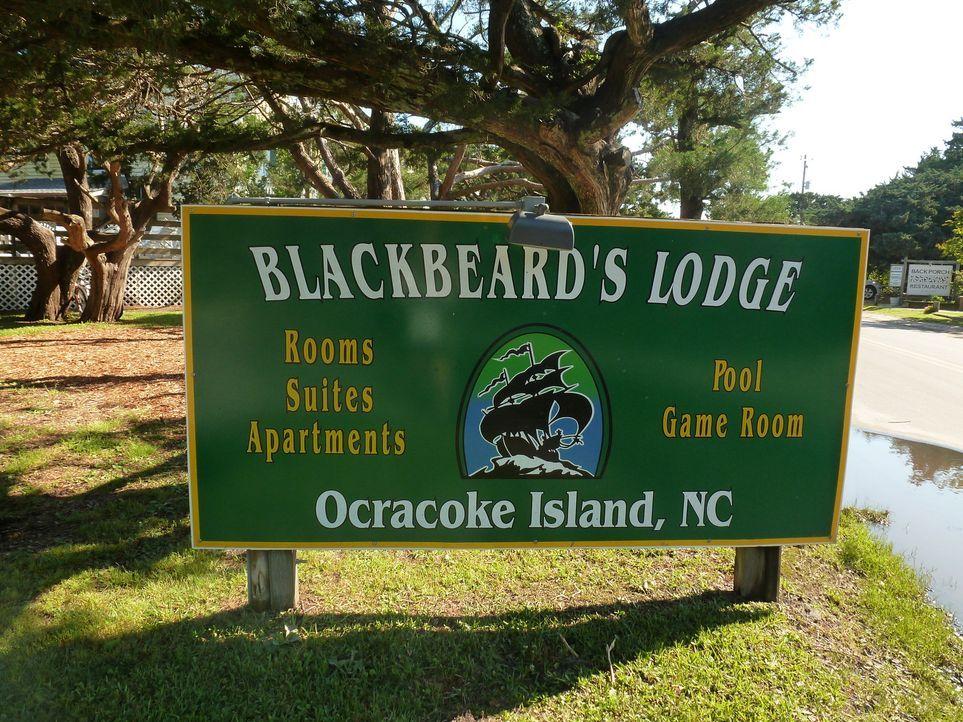 Josh Gates wandelt auf den Spuren des berühmten Piraten Blackbeard. Der soll einst einen wertvollen Schatz versteckt haben ... - Bildquelle: 2015,The Travel Channel, L.L.C. All Rights Reserved