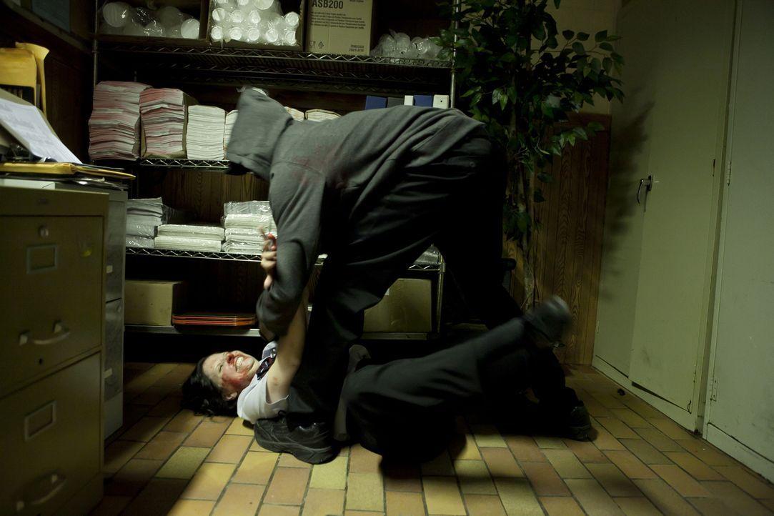 Wer hat ihr das angetan? Der Mörder von Delma Ramsey (Christina Scarciglia, l.) tritt und prügelt so lange auf sie ein, bis sie den Anschein macht,... - Bildquelle: Darren Goldstein Cineflix 2010