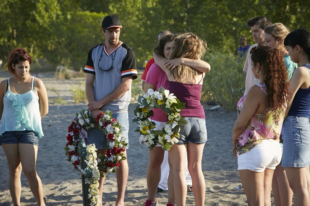 Nach dem grausamen Tod von Deborah Fielding nehmen Familie und Freunde bei einer Trauerfeier am Strand von Florida Abschied von der beliebten Barkee... - Bildquelle: Ian Watson Cineflix 2015