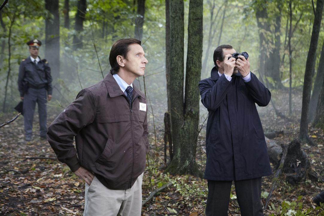 Ursachenforschung: Russische und polnische Ermittler untersuchen abgebrochene Äste in der Nähe der Trümmern. Beim Absturz wurden der polnische Staat... - Bildquelle: Ian Watson Cineflix 2012