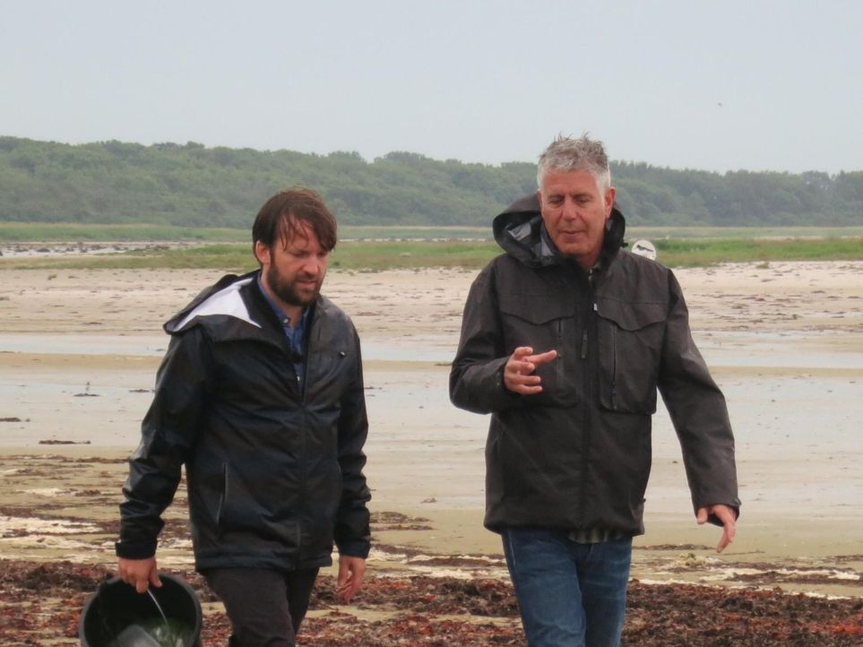 Anthony Bourdain (r.) reist nach Kopenhagen und trifft sich dort mit Koch Rene Redzepi (l.). Dieser betreibt das NOMA - offiziell das beste Restaura... - Bildquelle: 2013 Cable News Network, Inc. A TimeWarner Company. All rights reserved.