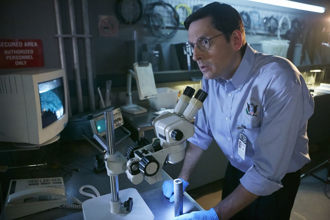 Ermittler Jim Ritter (Aaron Michael Reilly) lässt sich von nichts und niemandem bei seinen Ermittlungen aufhalten. Er untersucht die kleinsten Teile... - Bildquelle: Ian Watson Cineflix 2015