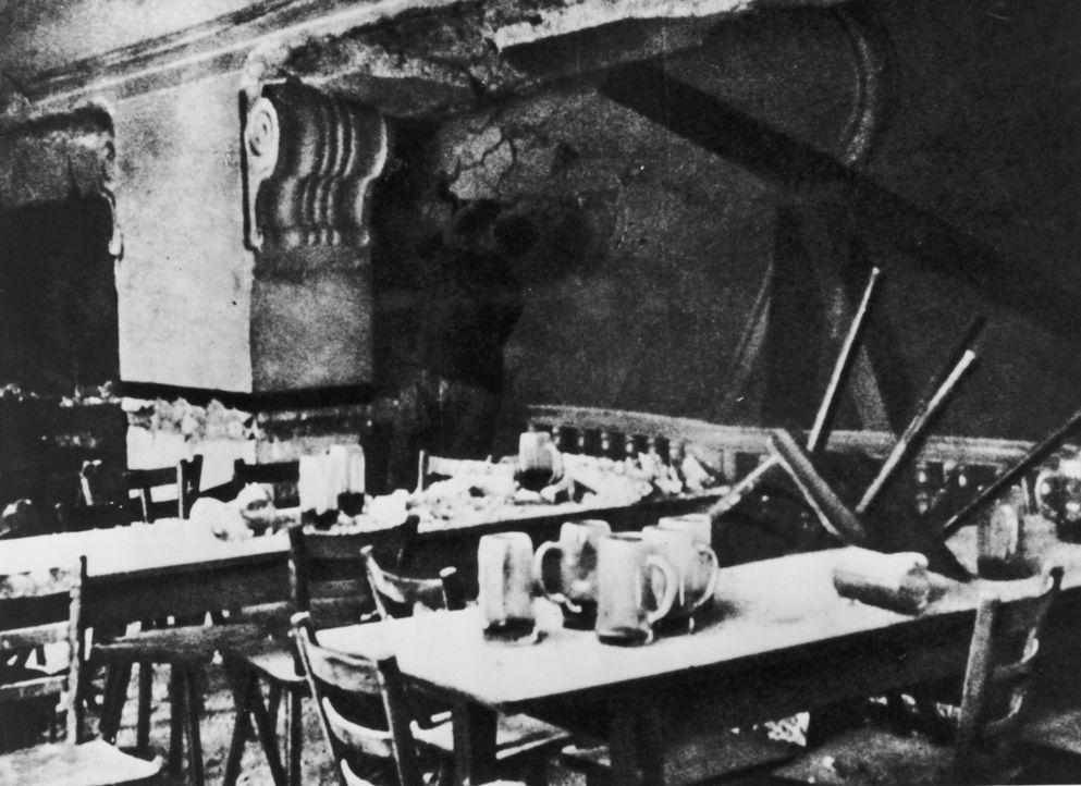 Am 8. November 1939 waren im Münchener Bürgerbräukeller etwa 1500 bis 2000 Zuhörer, darunter nahezu die gesamte NS-Führungsspitze, zum Gedenken an d... - Bildquelle: Keystone/Hulton Archive/Getty Images