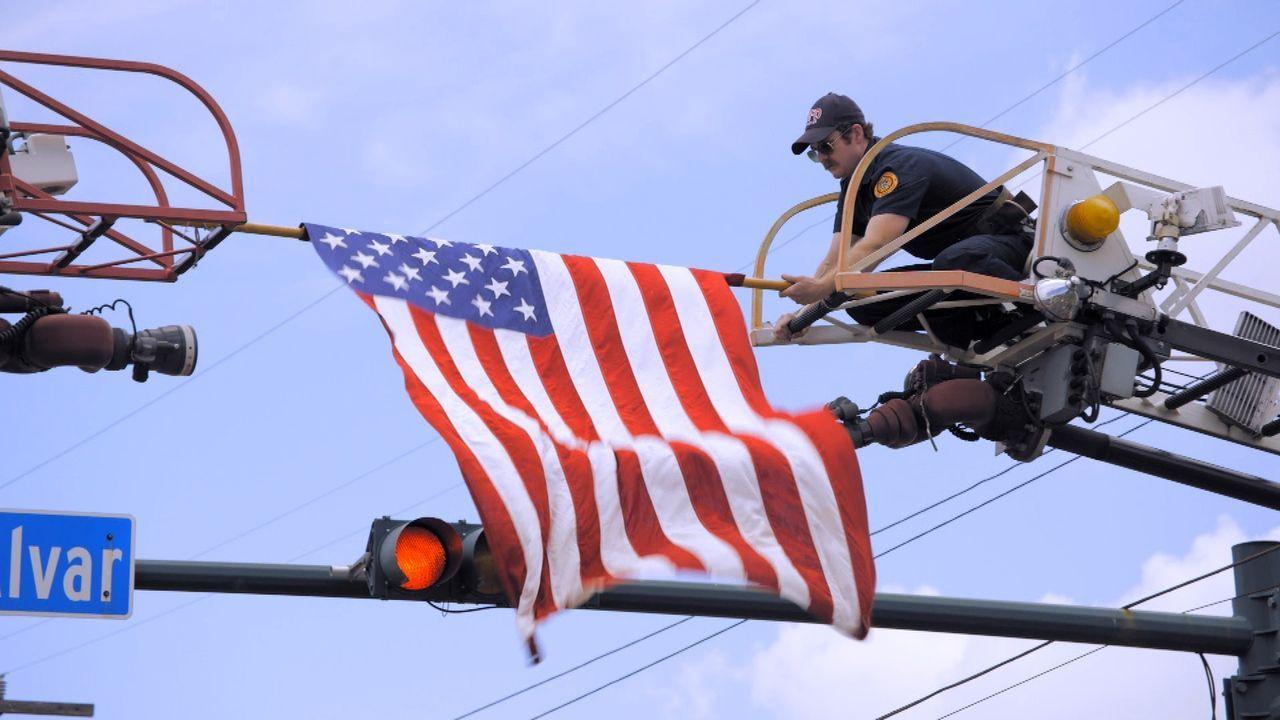 United we stand: Am vierten Juli in New Orleans scheint die Hitze auf den Straßen Chaos auszulösen. Der amerikanische Feiertag wird zum Großkampftag... - Bildquelle: 2015 Wolf Reality, LLC and 44 Blue Productions, Inc.  All Rights Reserved.