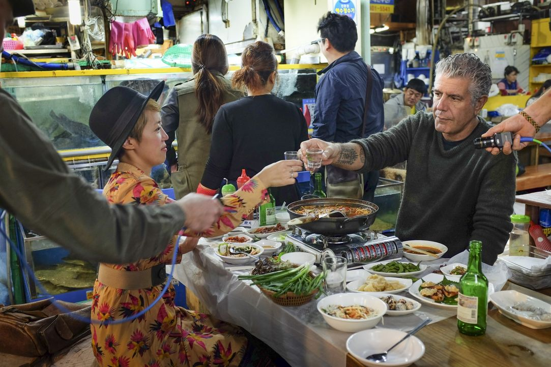 Anthony Bourdain (r.) reist nach Südkorea und geht dort auf kulinarische Entdeckungstour .... - Bildquelle: 2015 Cable News Network, Inc. A TimeWarner Company All rights reserved