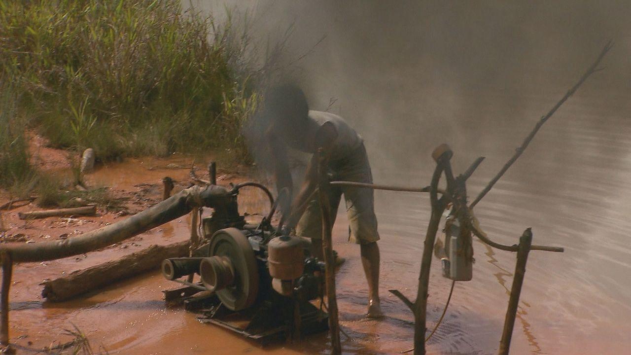 """""""ENTDECKT! GEHEIMNISVOLLE ORTE"""" besucht Zinnminenarbeiter  und wirft einen Blick auf die Arbeit und das Leben der Menschen ... - Bildquelle: kabel eins Doku"""