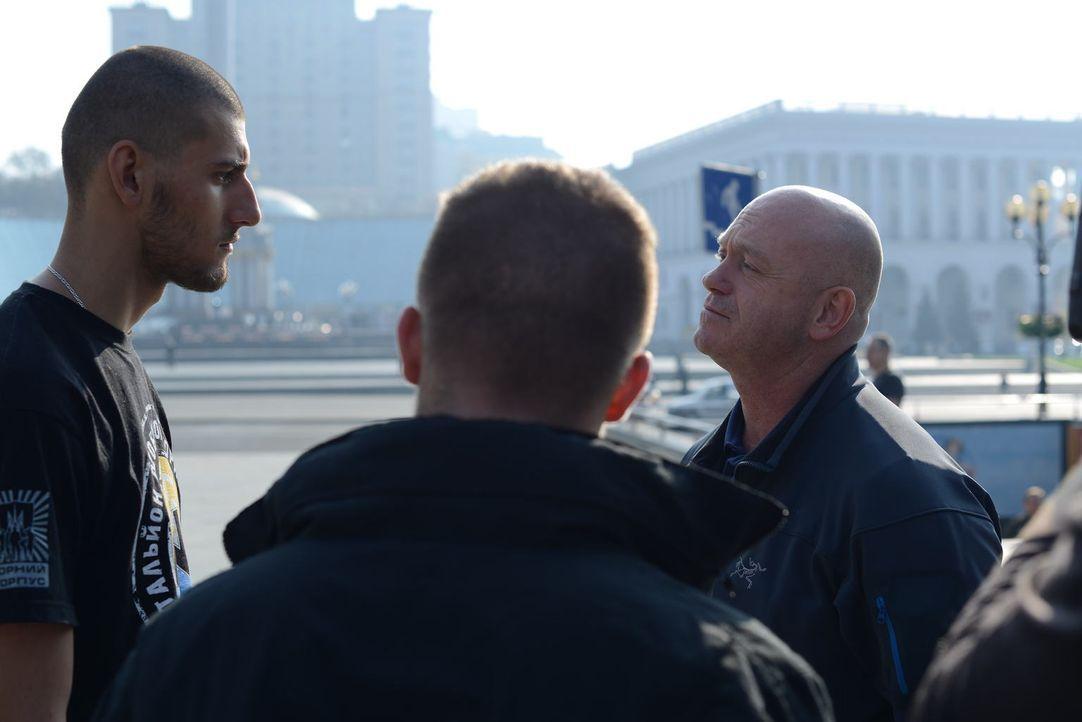 Die Azov Kämpfer stellen sich im Süd-Osten der Ukraine gegen die Russen oder demonstrieren in Kiew anderweitig ihre Macht und schwören, gegen die Fe... - Bildquelle: Freshwater Films Ltd 2015