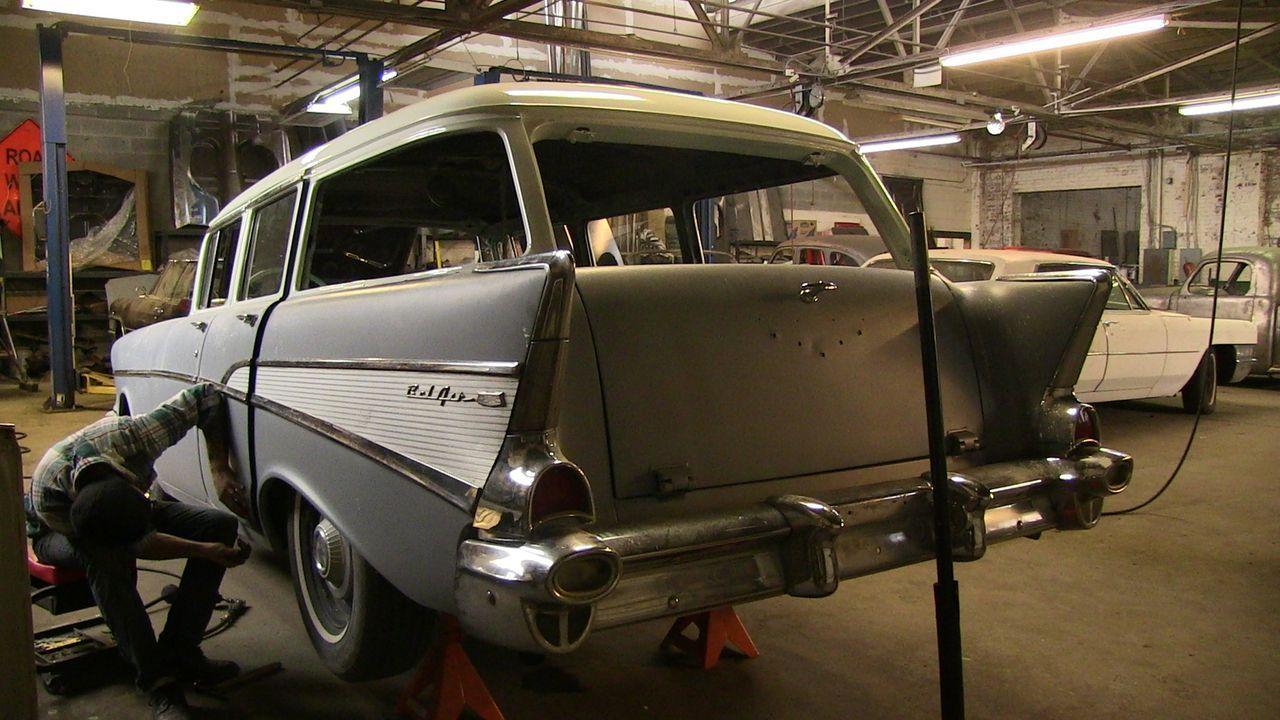 Während Dan sich mit dem 1957er Chevrolet Bel Air beschäftigt, arbeiten seine Angestellten an einem alten 1964er Chevrolet Impala ... - Bildquelle: Javier Rivera New Dominion Pictures LLC.