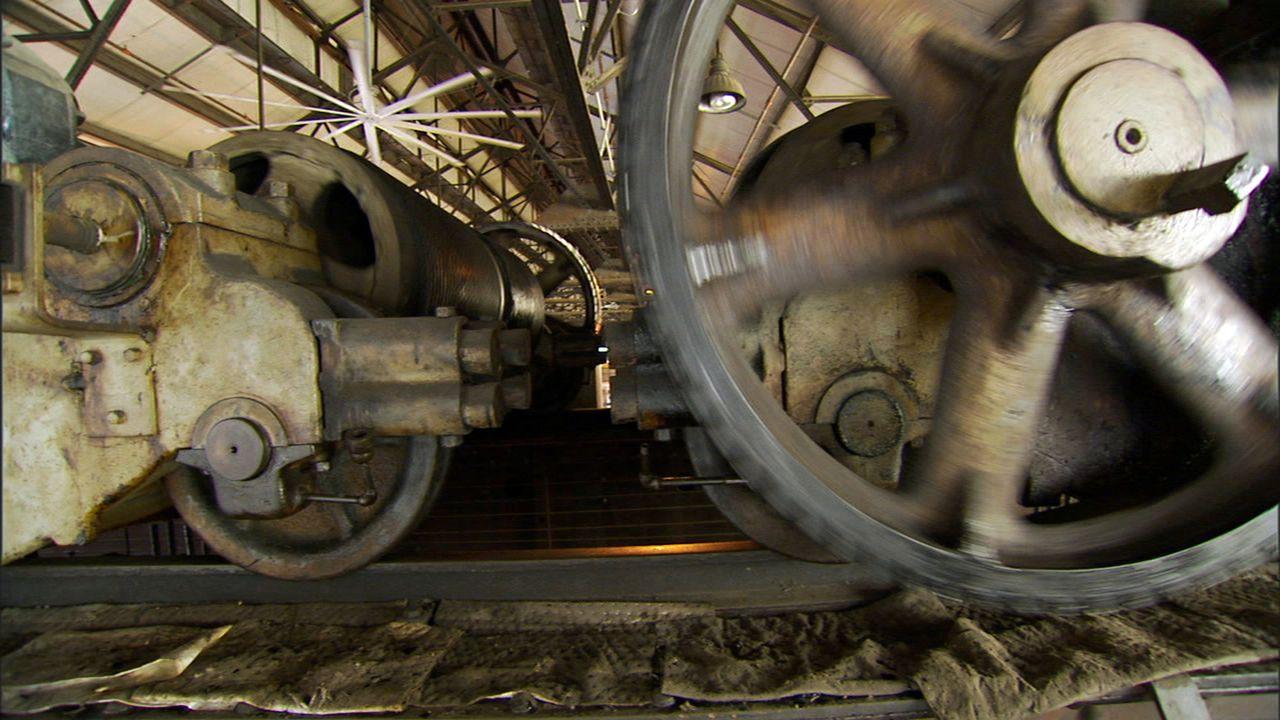 Obwohl die meisten der imposanten Stahlrösser auf den Abstellgleisen demontiert und eingeschmolzen werden, sind einige ausgediente Loks und Waggons... - Bildquelle: PMF/Klaire Markham