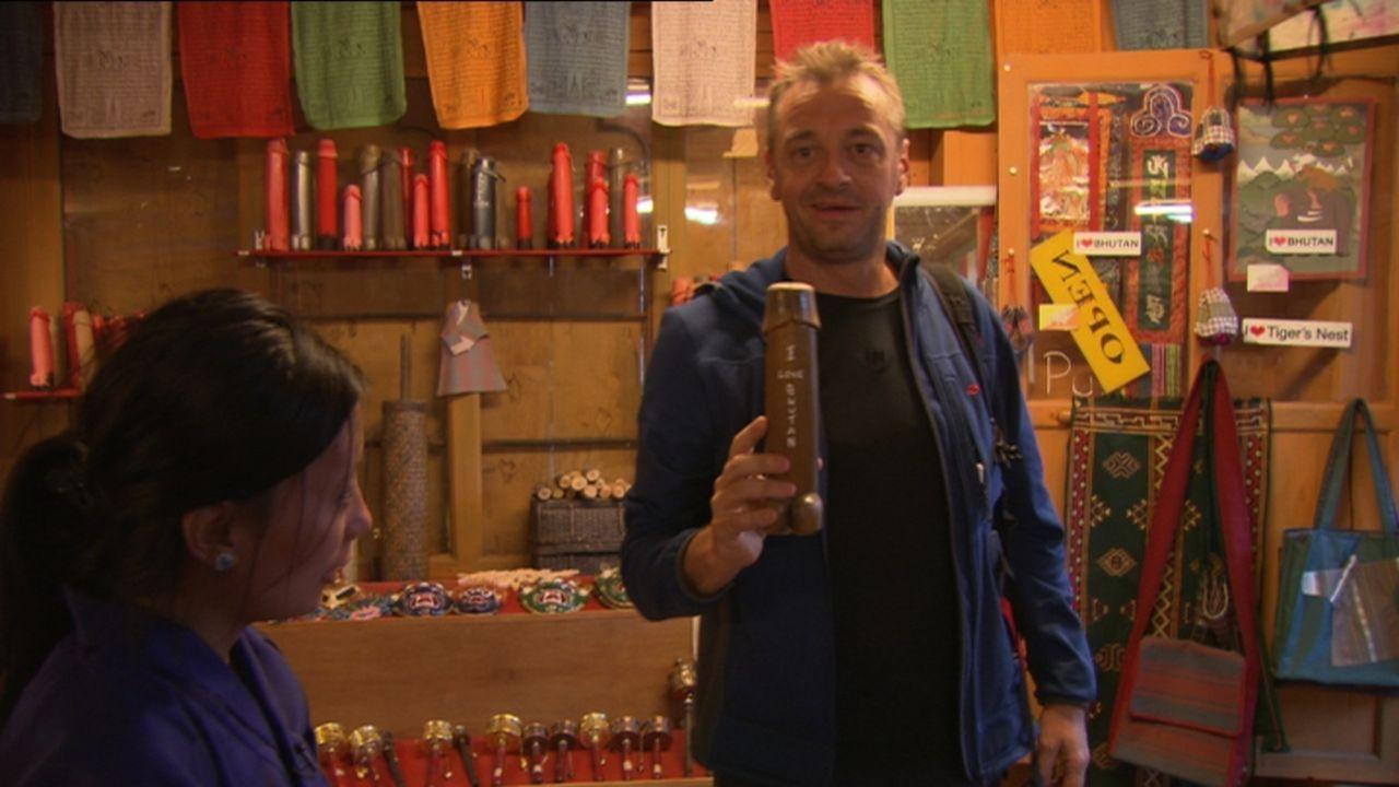 Erst seit 1974 können Touristen nach Bhutan reisen, jedoch unter strengen Auflagen. So muss man für den Aufenthalt pro Tag 250 Dollar zahlen und dar... - Bildquelle: 2013 deMENSEN