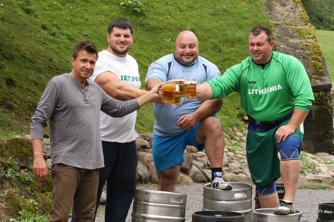 Biertrinken mal anders: In Litauen konsumieren die Menschen nicht nur gerne den Gerstensaft, sondern werfen ihn auch. Denn für die bärenstarken Männ... - Bildquelle: 2014, The Travel Channel, L.L.C. All Rights Reserved.