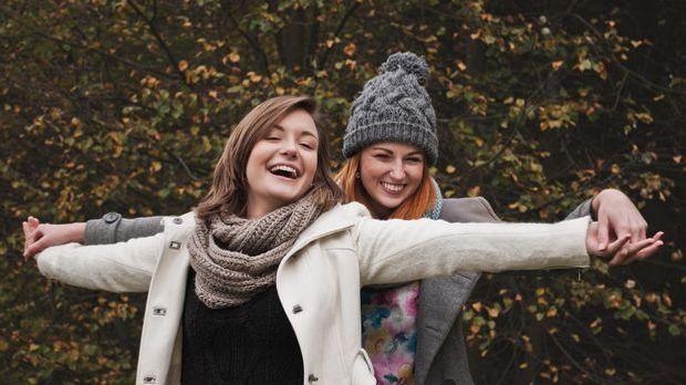 Glückliche lachende Frauen