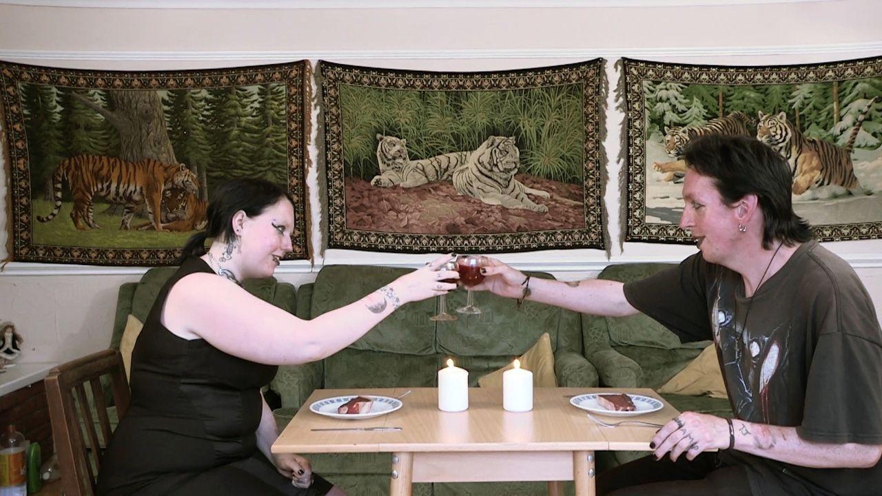 """Die schaurige Welt der """"echten"""" Vampire: Jamie Theakston begleitet ein """"Vampir-Paar"""" und versucht, die Ursprünge und Motive hinter diesen grausigen... - Bildquelle: TCB Media Rights Ltd.."""