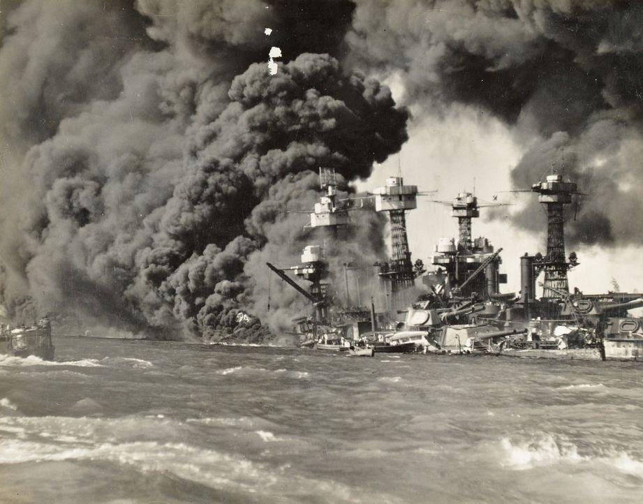 Die Bombardierung von Pearl Harbor versetzt die USA in einen Schockzustand. Weniger als 23 Stunden nach dem Angriff tritt Amerika offiziell in den Z... - Bildquelle: 2011 A&E TELEVISION NETWORKS.