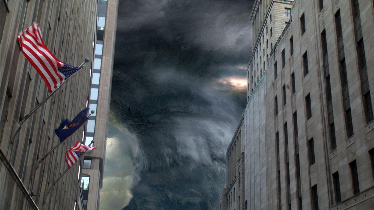 Mit voller Kraft dringt der Hurrikan in die Häuserschluchten New Yorks ein ... - Bildquelle: BBC