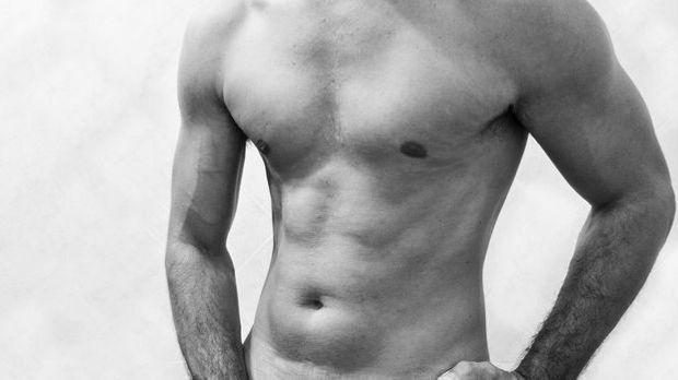 Oberkörper eines Mannes ohne Körperhaare