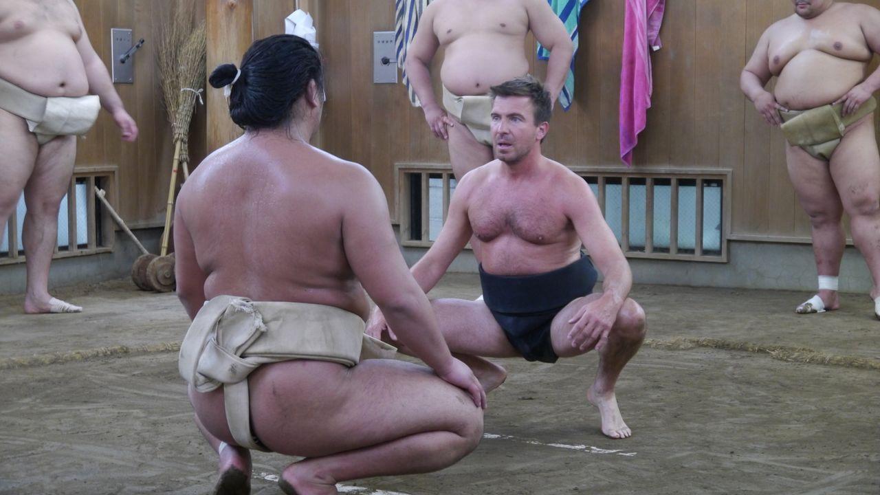 Typisch japanisch: Jack Maxwell (r.) bei seinem ersten richtigen Sumo-Wrestling-Kampf. - Bildquelle: 2014, The Travel Channel, L.L.C. All Rights Reserved.