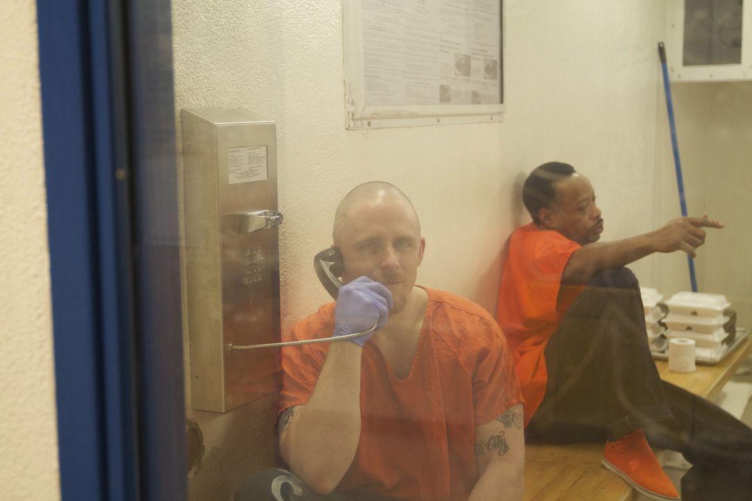 Häftling Brandon Wadell nutzt seine Arbeitspause, um mit seiner Familie zu telefonieren ... - Bildquelle: Bryan Harvey National Geographic Channels