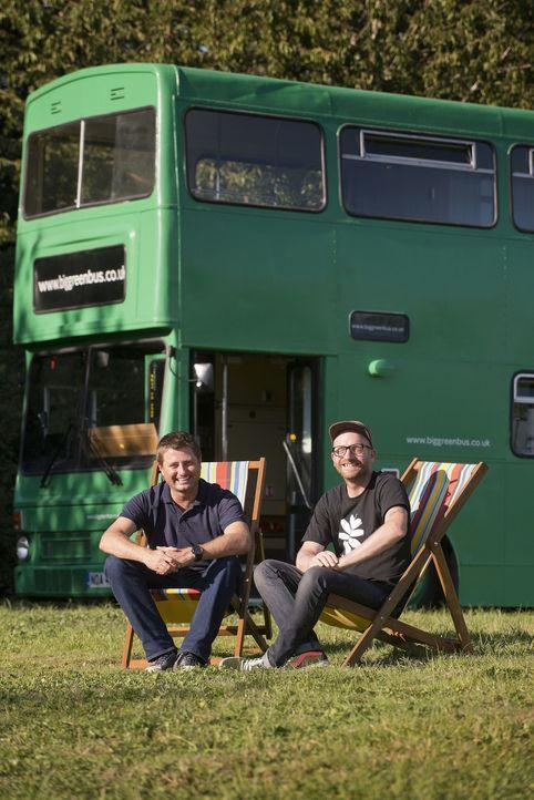 Caravan deluxe? George Clarke trifft Tischler Adam Collier-Woods, der einen 30-jährigen Doppeldeckerbus zu einem luxuriösen Feriendomizil umbauen wi... - Bildquelle: Andrew Hasson Andrew Hasson
