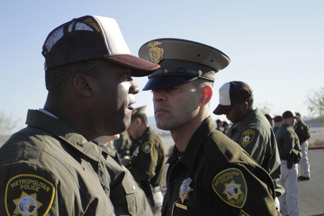 Sgt. Tromba begutachtet seine Rekruten genau, jedes Aufbegehren wird sofort bestraft ... - Bildquelle: Gregory Henry National Geographic Channels