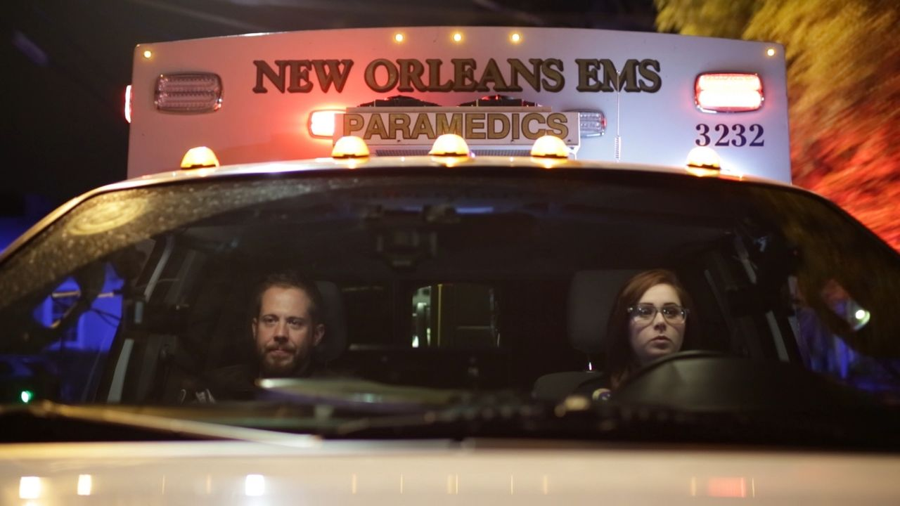Jede Sekunde zählt: Die Sanitäter Nick Manning (l.) und Holly Monteloene (r.) von der EMS-Notrufstation in New Orleans werden zu einem Einsatz geruf... - Bildquelle: ed by Wolf Reality, LLC and 44 Blue Productions for A&E NETWORK®  2015 Wolf Reality, LLC and 44 Blue Productions, Inc. All Rights Reserved.
